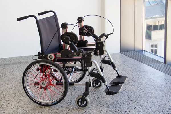 In the future, an ergonomic crank-drive is designed to make the operation of a wheelchair easier. Source: TU Wien